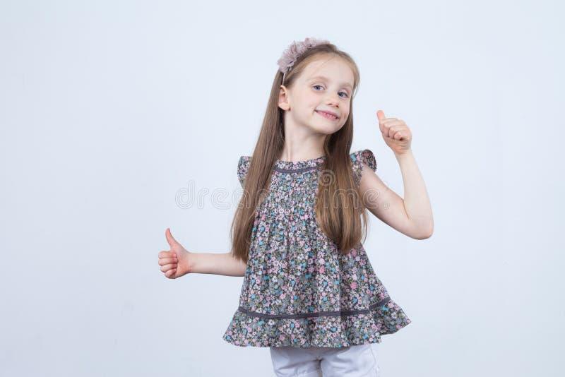 De hand van de vrouw die op wit wordt geïsoleerdu Meisje met omhoog duim Toon volkomen het handteken Reclame stock foto
