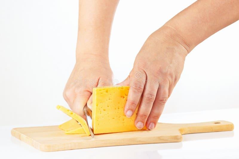 Download De Hand Van Vrouwen Met Een Mes Gesneden Kaas Stock Foto - Afbeelding bestaande uit melkachtig, heerlijk: 39117766
