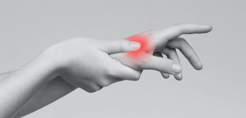 De hand van de vrouwenholding aan vlek van palm-pijn stock afbeeldingen
