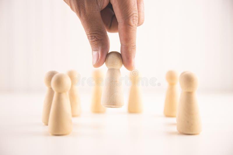 De hand van zakenman kiest mensen die van de menigte duidelijk uitkomen Menselijke hulpbron, Talentenbeheer, Rekruteringswerkneme royalty-vrije stock foto's