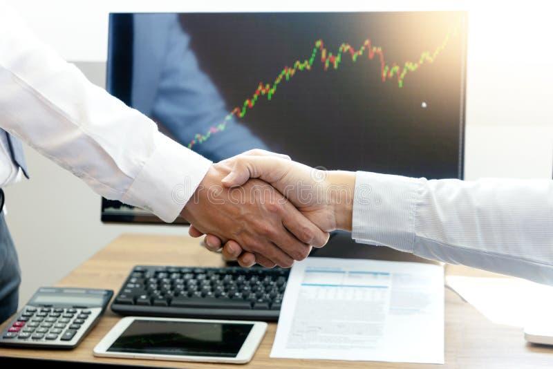 de hand van de zakenmanschok bij de bureaulijst stock foto