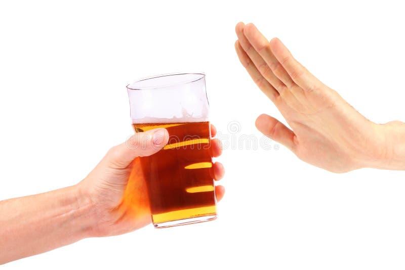 De hand verwerpt een glas bier stock afbeeldingen