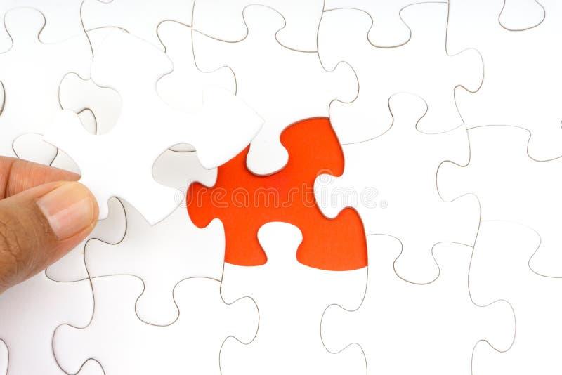 De hand zette het laatste stuk van puzzelclose-up om de opdracht te voltooien stock illustratie