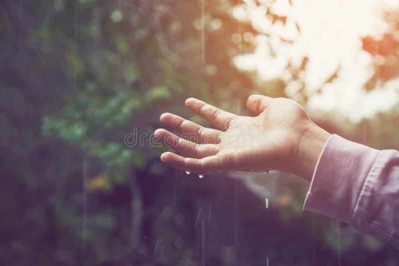 De handaanraking het dalen neer verspreide regen Milieu concept stock foto's