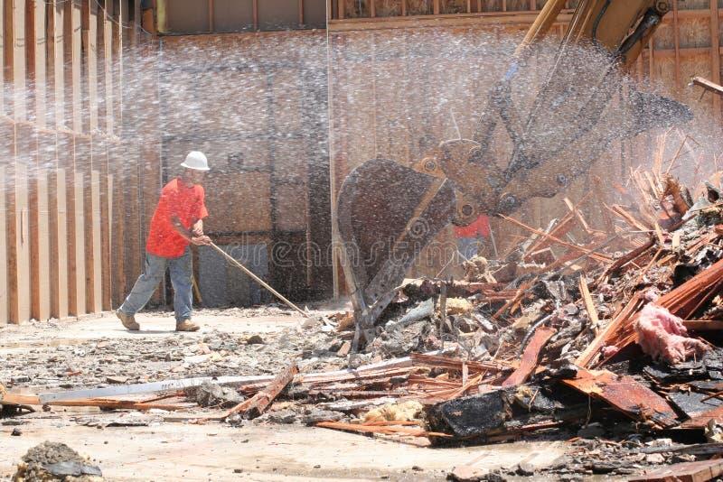 De handarbeider van de bouw het vegen