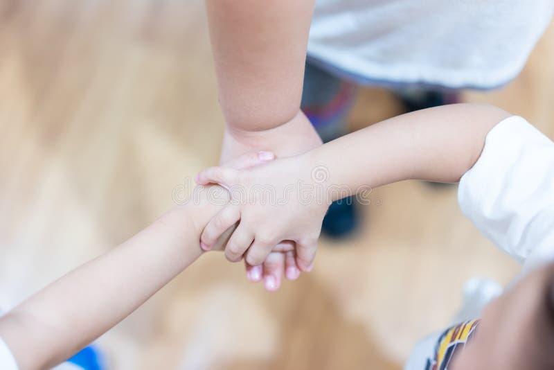 De handcoördinatie van kinderen om hun eenheid te tonen royalty-vrije stock afbeeldingen
