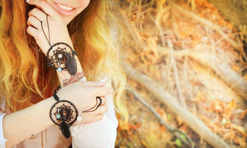 De Handcraftedarmbanden op een vrouw overhandigt, dreamcatcher juwelen, omhoog sluiten royalty-vrije stock fotografie