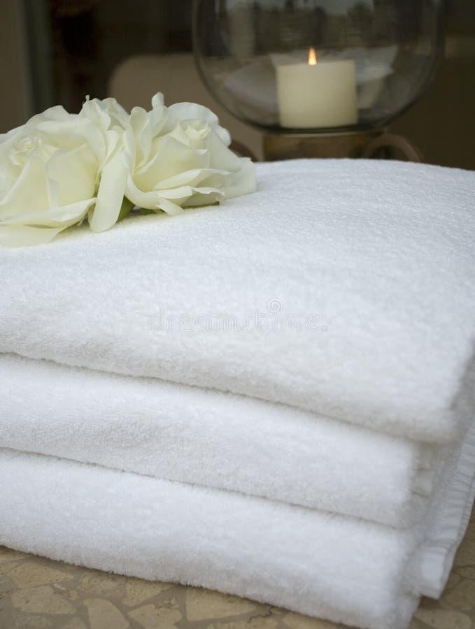 De handdoek van het kuuroord met bloem stock afbeeldingen