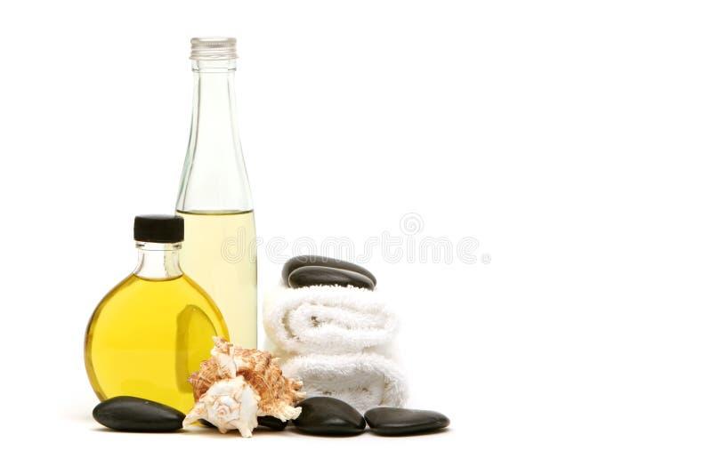 De handdoeken, de olie en de rotsen van het kuuroord stock foto's