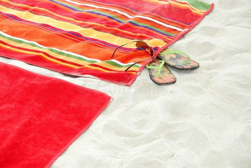De handdoeken van het strand op zand stock fotografie
