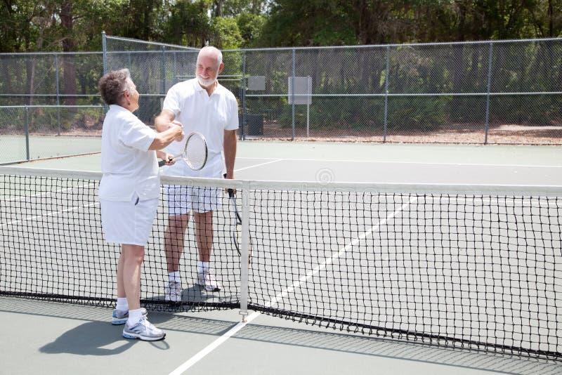 De Handdruk van de Oudsten van het tennis met Copyspace stock afbeelding