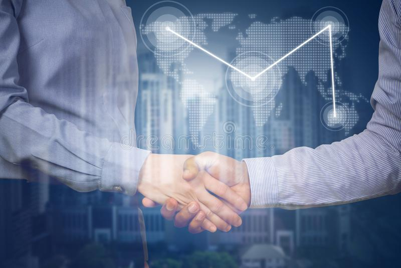 De handdrukpartners met virtuele kaart verbinden en de bedrijfsbouw royalty-vrije stock afbeelding