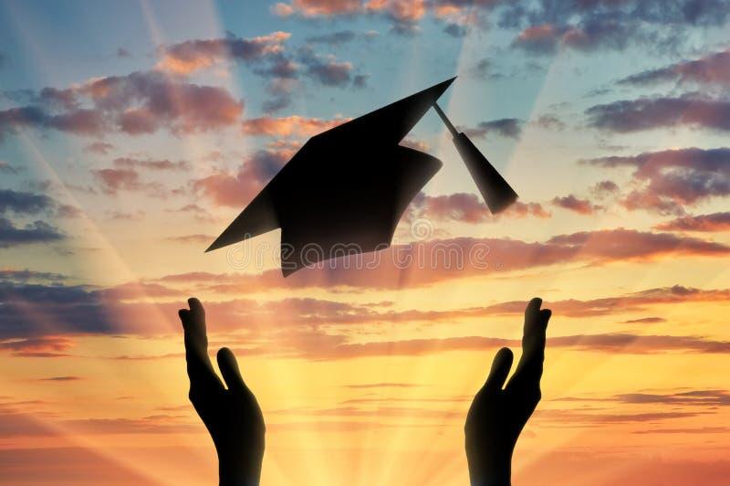 De handen behalen GLB een diploma werpen omhoog in hemelzonsondergang stock afbeelding