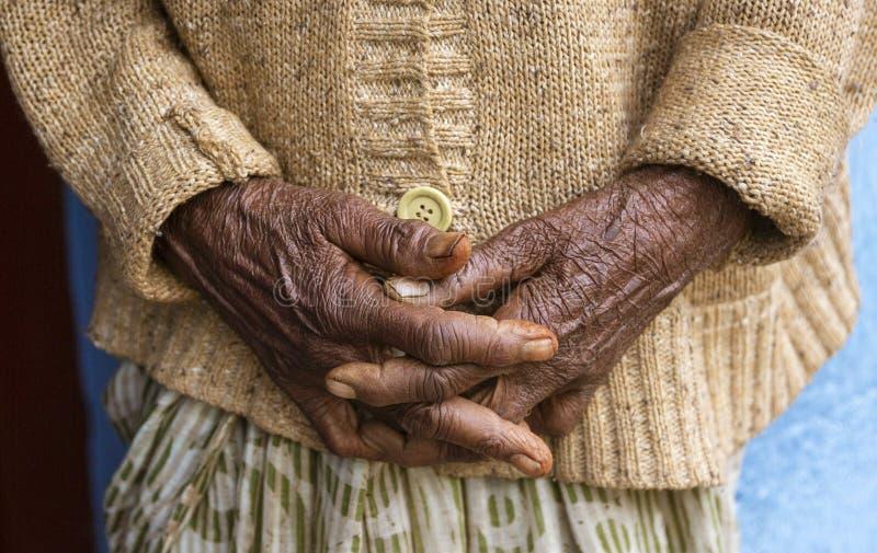 De Handen Clasped van een Oude Vrouw en Ontspannen Close-up royalty-vrije stock foto's