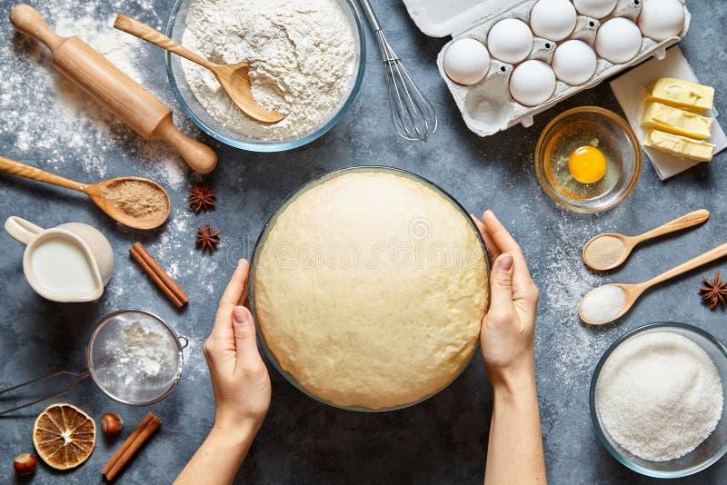 De handen die met het receptenbrood werken, pizza of pastei die van de deegvoorbereiding ingridients, voedselvlakte lagen maken stock afbeeldingen