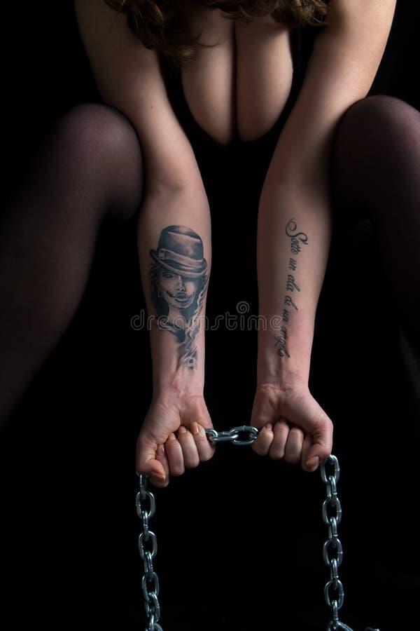 De handen die van de fotovrouw ketting en borst houden royalty-vrije stock afbeelding