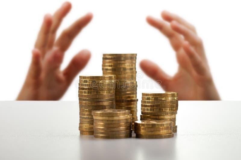 De handen die van de hebzucht geld vangen stock fotografie