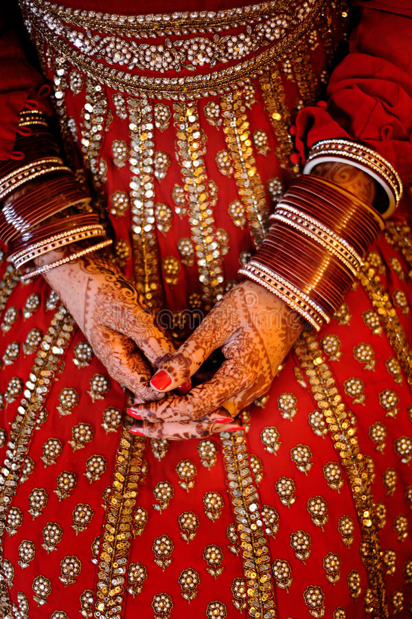 De handen die van de Indische Bruid die armbanden dragen met mooi worden verfraaid hij stock fotografie