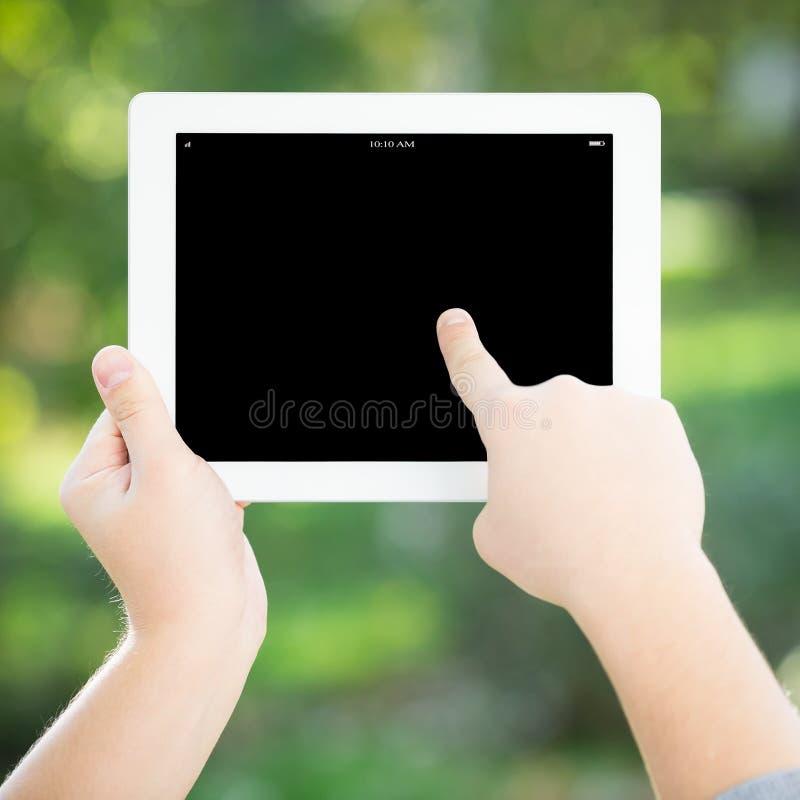 De handen die van de mens tabletPC houden stock afbeelding