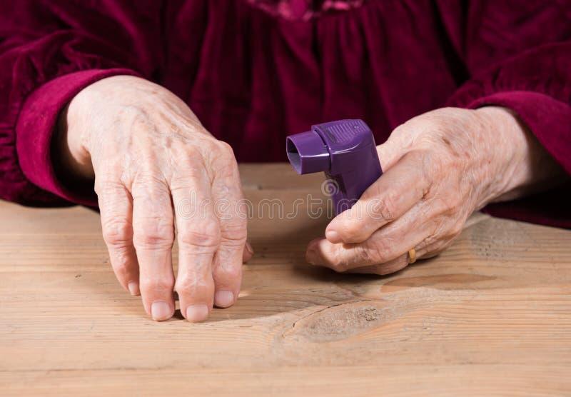 De handen die van de vrouw astmainhaleertoestel houden royalty-vrije stock afbeeldingen