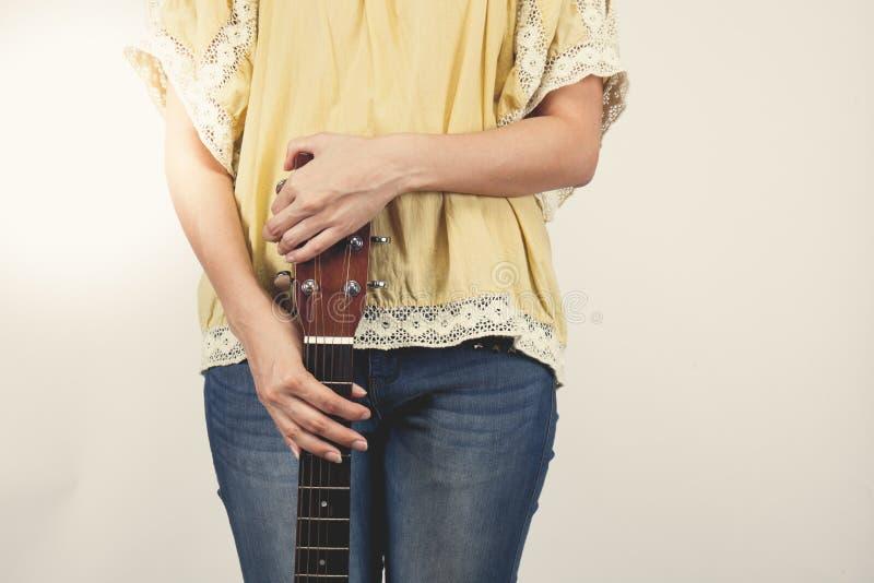 De handen die van de vrouw gitaar spelen, sluiten omhoog Uitstekende toon royalty-vrije stock foto