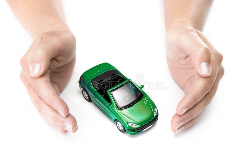 De handen die van de vrouw groene auto houden stock fotografie