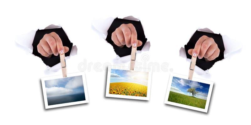 De handen die van de vrouw klem houden door muurgat royalty-vrije stock fotografie