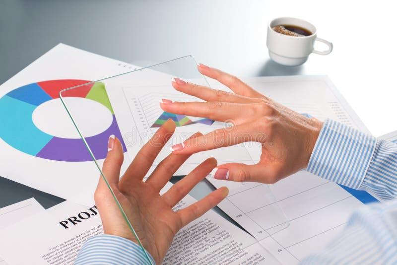 De handen die van de vrouwelijke werknemer tablet houden stock afbeelding