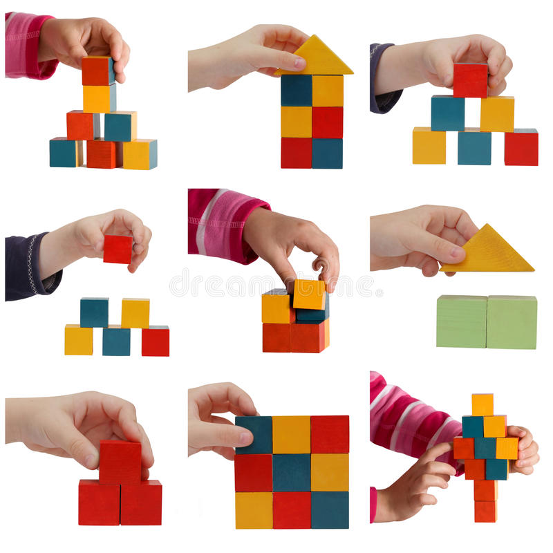 De handen die van het kind met gekleurde blokkencollage spelen stock foto's