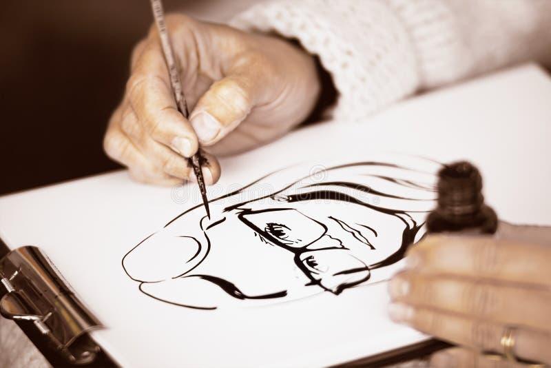 De handen die van het wijfje een karikatuur met zwarte inkt trekken royalty-vrije stock fotografie