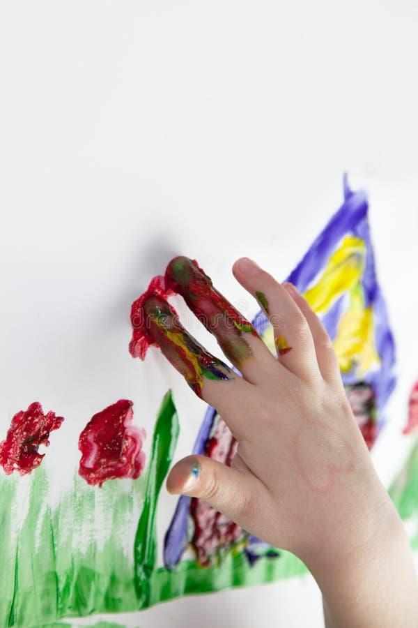De Handen die van kinderen Fingerpainting doen stock foto