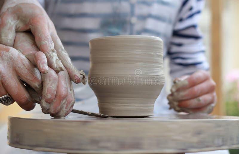 De handen die van kinderen tot nieuwe vaas leiden stock fotografie