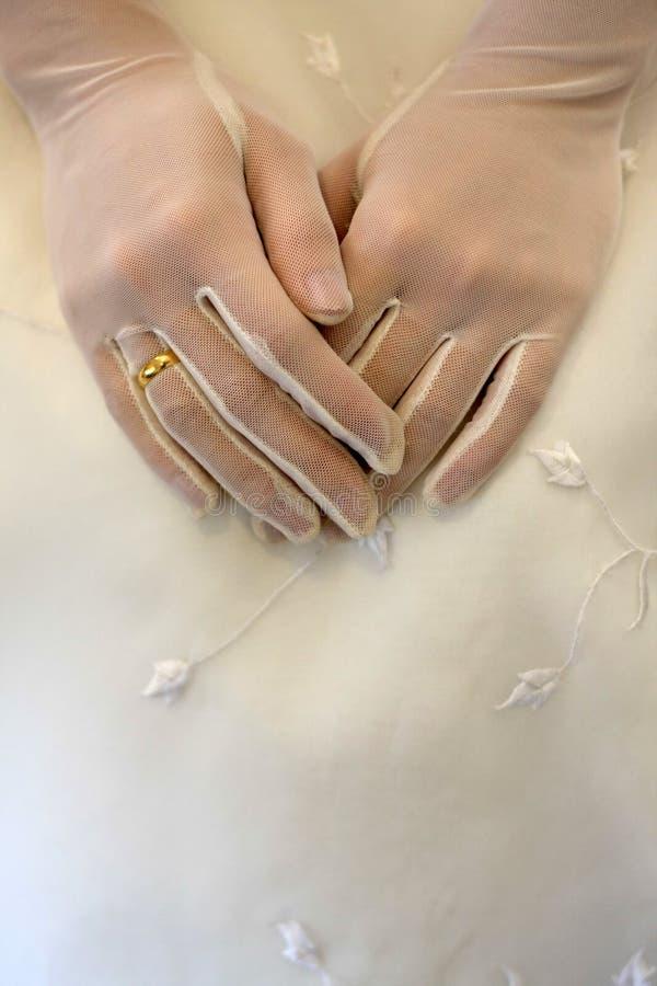 De handen en de trouwring van bruiden stock fotografie