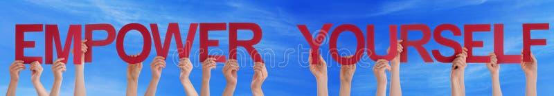 De handen houden Rode Recht zich Blauwe Hemel machtigt royalty-vrije stock fotografie