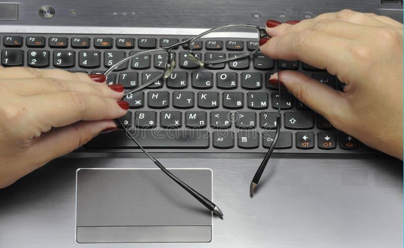 De handen met laptop, sluiten 11 omhoog september, 2016 stock foto