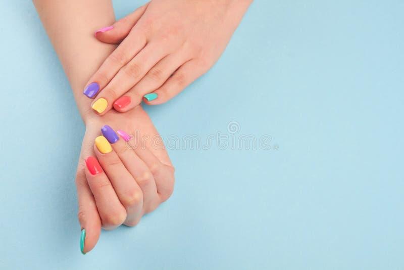 De handen met plotseling manicured spijkers stock afbeelding