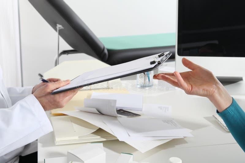 De handen van artsen, raadplegen en ruilen voorschriftdocumenten, royalty-vrije stock foto's