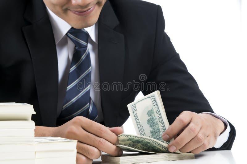 De handen van bankier telt bankbiljetten op witte achtergrond en mede royalty-vrije stock foto