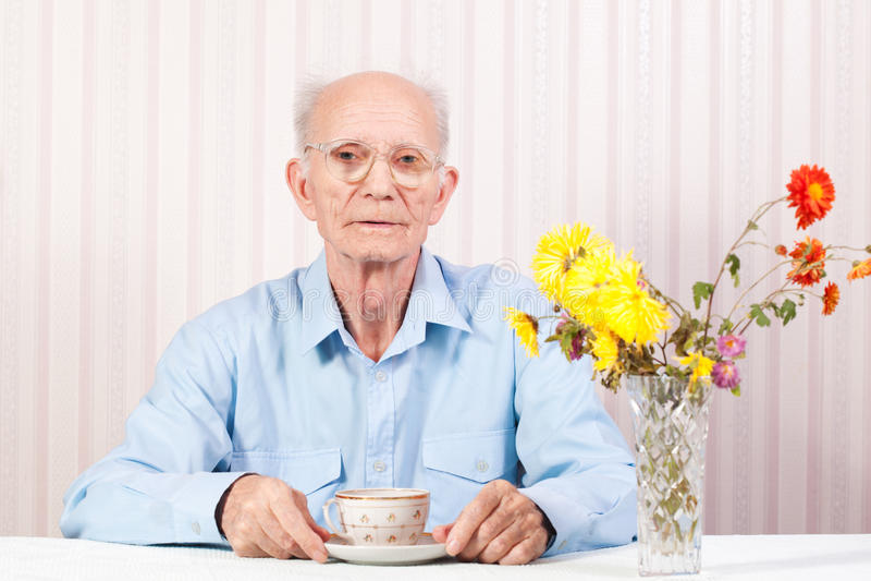 De handen van bejaarde worden gekruist stock fotografie