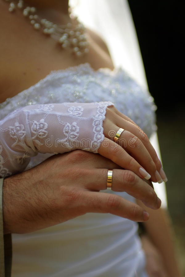 De handen van betrothed paar royalty-vrije stock afbeeldingen