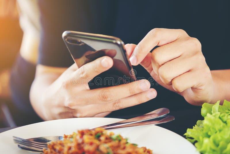 De handen van de close-upmens ` s gebruiken het richten van vinger Mobiele slimme Telefoon op F royalty-vrije stock afbeelding