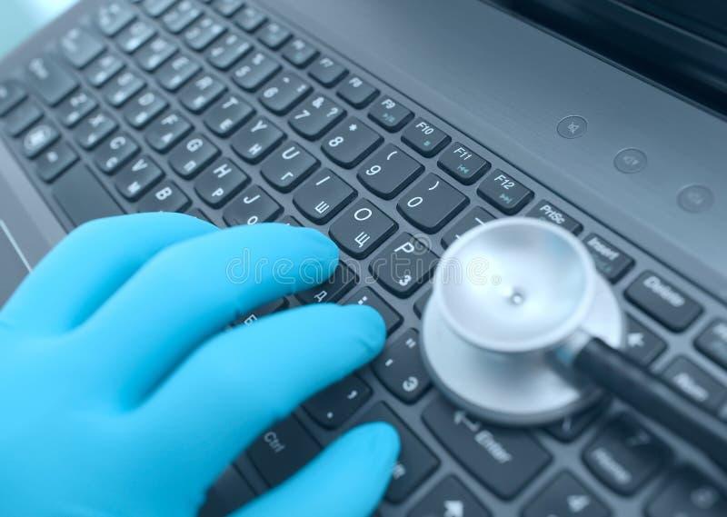 De handen van de arts op toetsenbord terwijl het werken in het ziekenhuis stock afbeeldingen