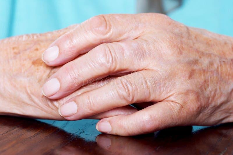 De handen van de bejaarde stock afbeelding