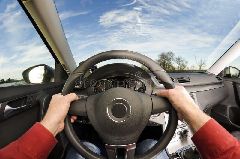 De handen van de bestuurder op stuurwiel royalty-vrije stock foto