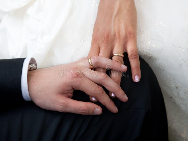De handen van de Bruid en van de Bruidegoms van de Dag van het huwelijk met Ringen royalty-vrije stock foto's