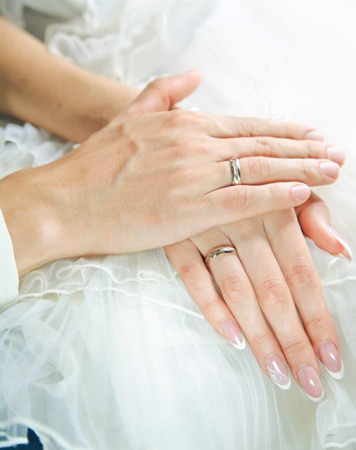 De handen van de bruidegom op een bruid overhandigt. Liefde en zorg royalty-vrije stock fotografie