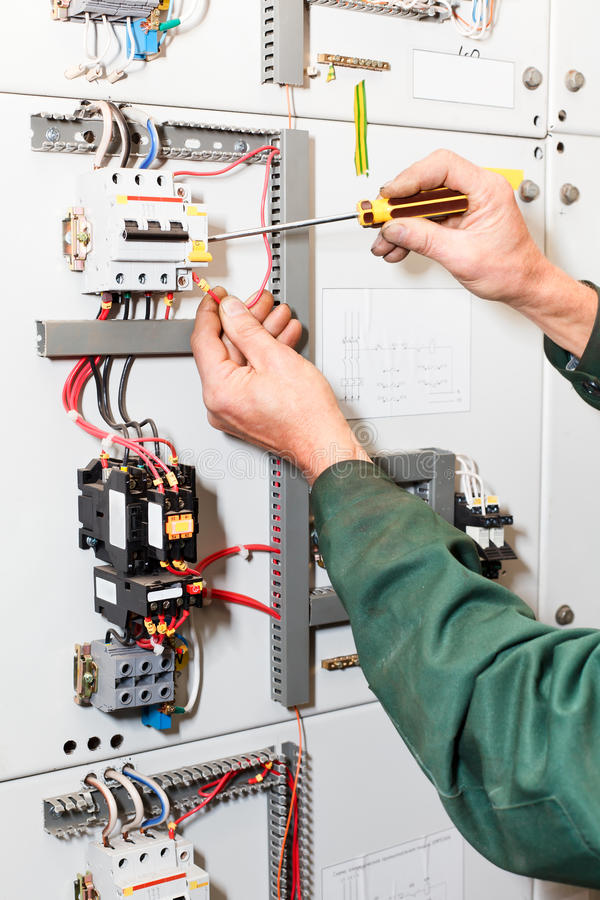 De handen van de elektricien `s het werken royalty-vrije stock fotografie
