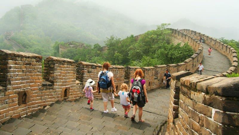 De Handen van de holding op de Grote Muur stock foto