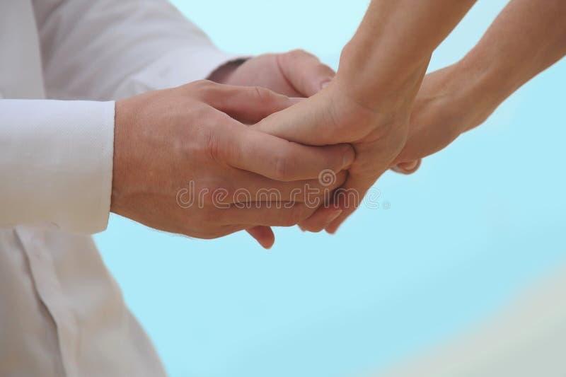 De Handen van de Holding van het close-up stock afbeelding