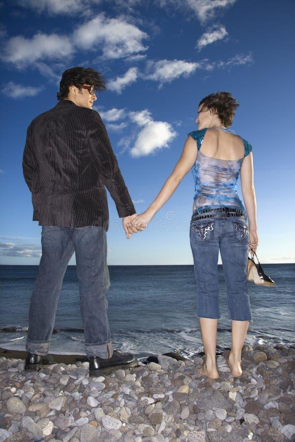 De Handen van de Holding van het paar op Strand royalty-vrije stock foto
